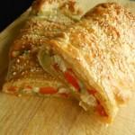 Bladerdeegvlecht gevuld met kip, groentes en mozzarella