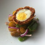 Schotse eieren met chorizo en warme aardappelsalade