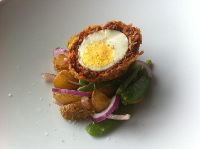 Schotse eieren met chorizo en aardappelsalade