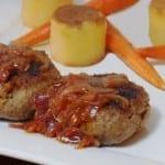 Salisbury steak met uienjus, pommes fondant aardappelen en worteltjes