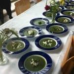 Spinaziesoep met geitenkaas en kaastengels