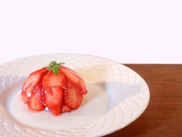 Aardbeienbol met yoghurtmousse