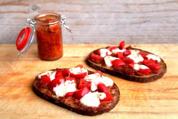 speltbrood met tomatentapenade