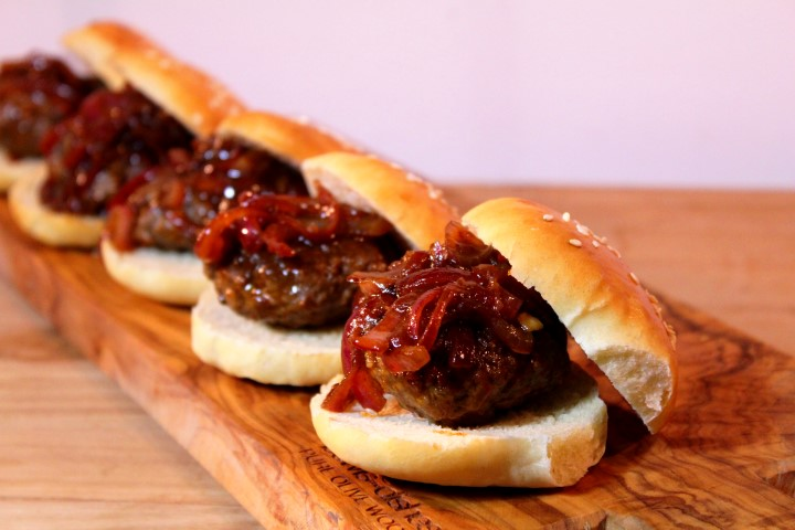Sliders with caramelized onions and whisky barbecue sauce - Super Bowl party food
