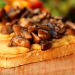 Bruschetta met hummus en gebakken knoflookpaddestoelen. Superlekker en helemaal vegan!