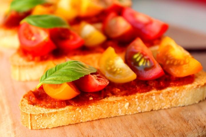Bruschetta met tomatentapenade en cherrytomaatjes