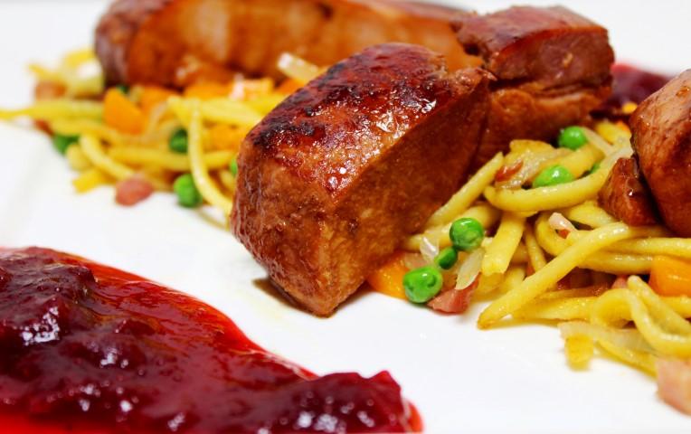 Beenham met gebakken spatzle en cranberrycompote