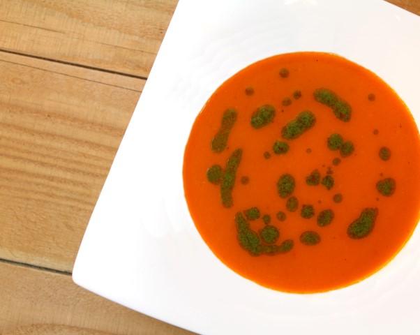 Geroosterde paprikasoep met groene kruidenolie