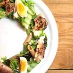 Salade met gerookte forel, pasta en een zacht gekookt eitje
