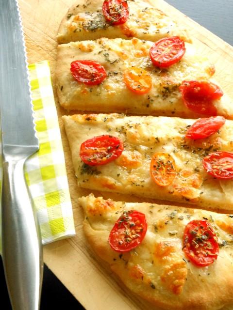 Zelfgemaakt brood met cherrytomaatjes, mozzarella & oregano
