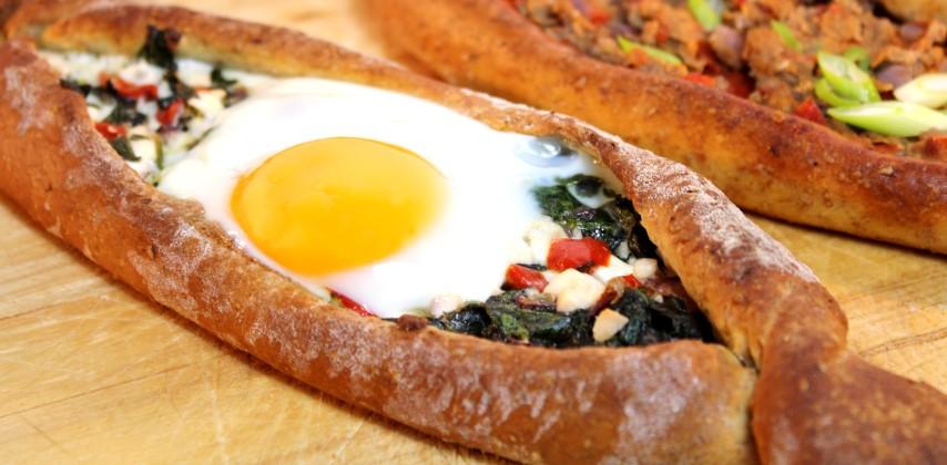 Vegetarische pides met feta en spinazie