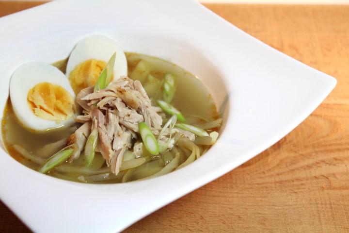 Snelle kippensoep met spitskool en een zachtgekookt eitje