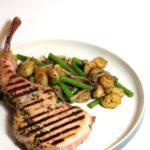 Gegrilde Pork Steak met gnocchi, tapenade & sperziebonen