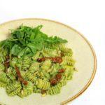 Pasta met spinaziepesto en zongedroogde tomaten