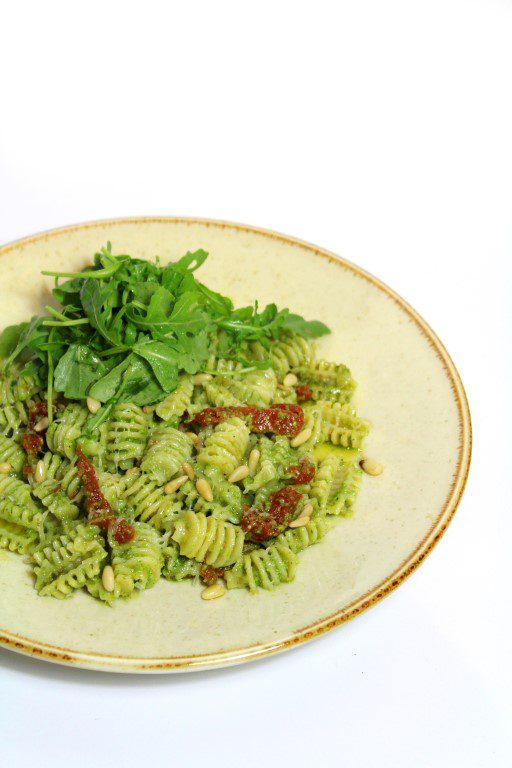 Garofalo pasta met spinaziepesto en zongedroogde tomaten