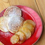 Rogge pannenkoekjes met gekarameliseerde peer