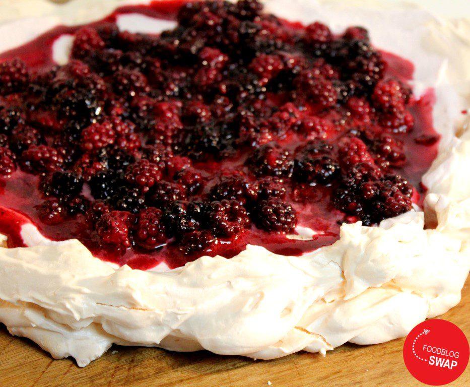 Pavlova met bramen, bramensaus en Griekse yoghurt