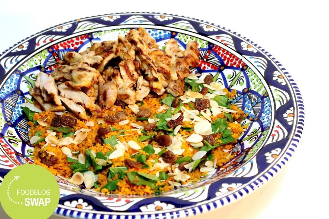 Couscous salade met kip en verse spinazie, rozijnen, amandelen en een yoghurt-limoen dressing