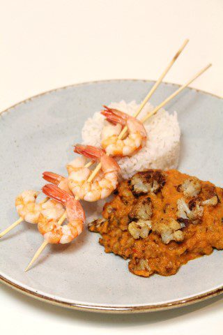 Verse curry met paprika, bloemkool en gegrilde garnalen met knoflookolie