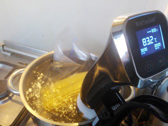 Mais sous vide garen - Een hele lekkere manier om een maiskolf te eten is om hem sous vide te garen, de boter trekt er dan helemaal in.... Nomnomnom! :D