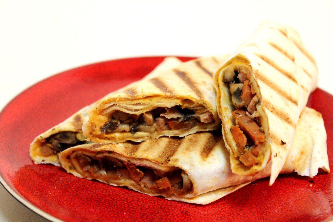 Vegetarische wrap met hummus, champignons en wortel