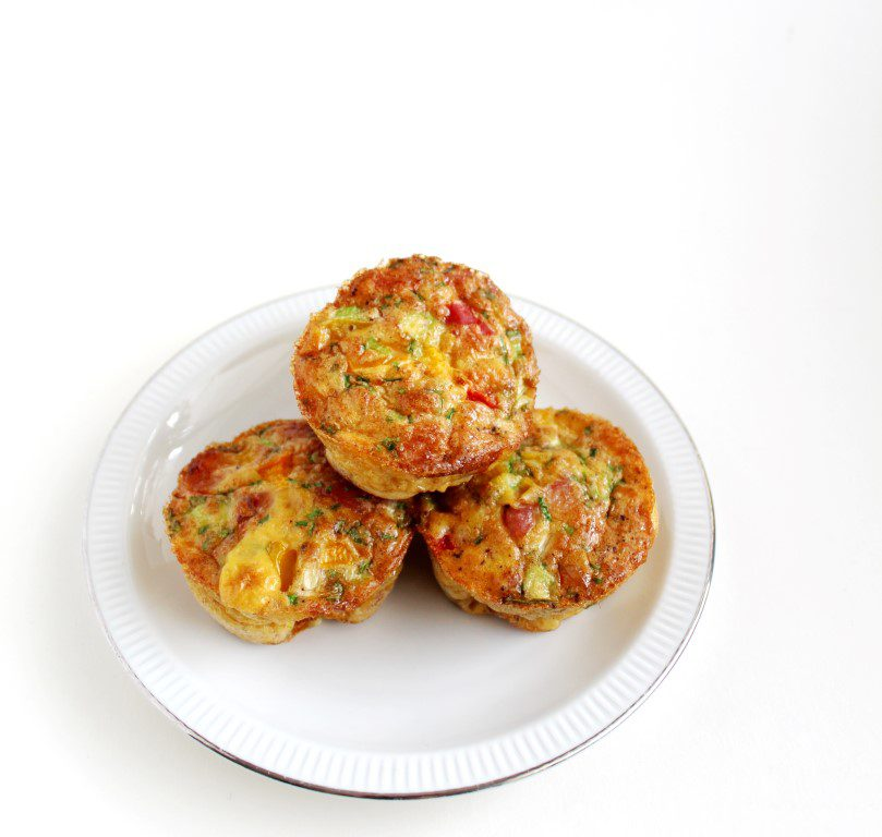 Ontbijtmuffins met spekjes, paprika en bieslook