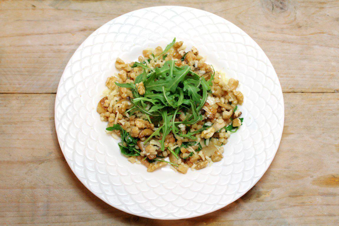 Parelcouscous met champignons, rucola en walnoten