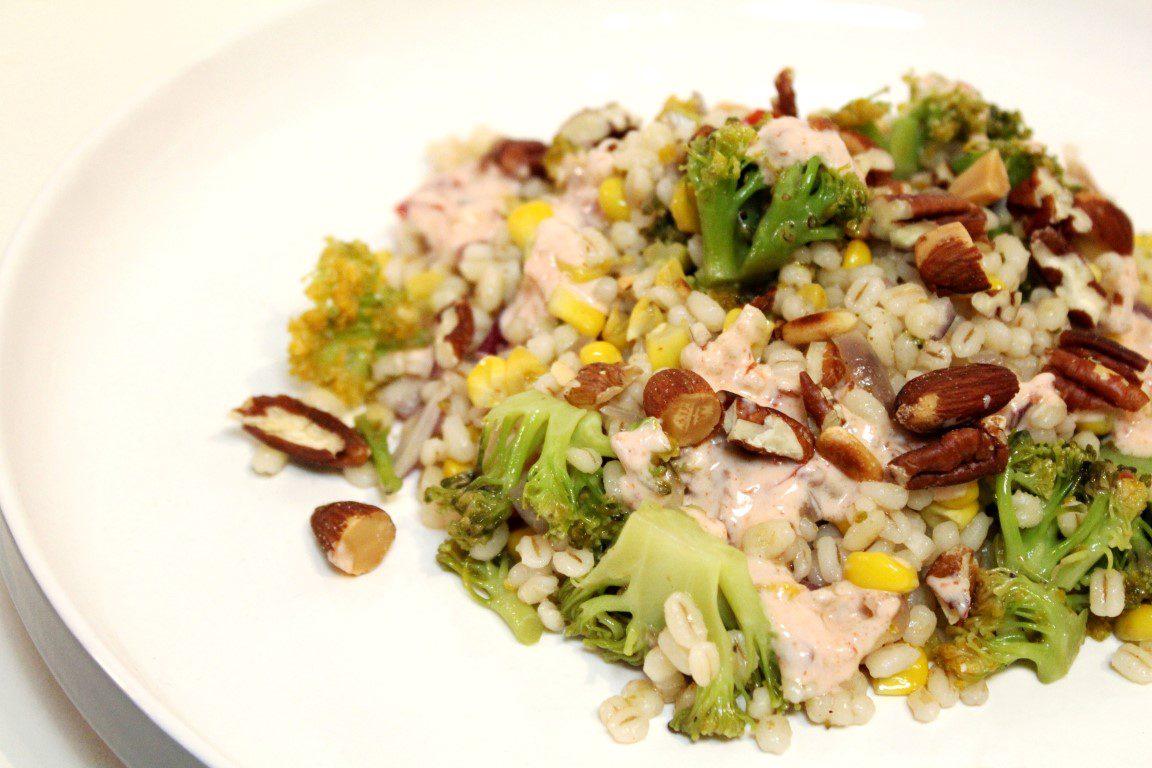 Parelgerst met broccoli, amandelen en harissa-yoghurt