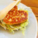 Pita met gebakken halloumi, ijsbergsla en zelfgemaakte tzatziki
