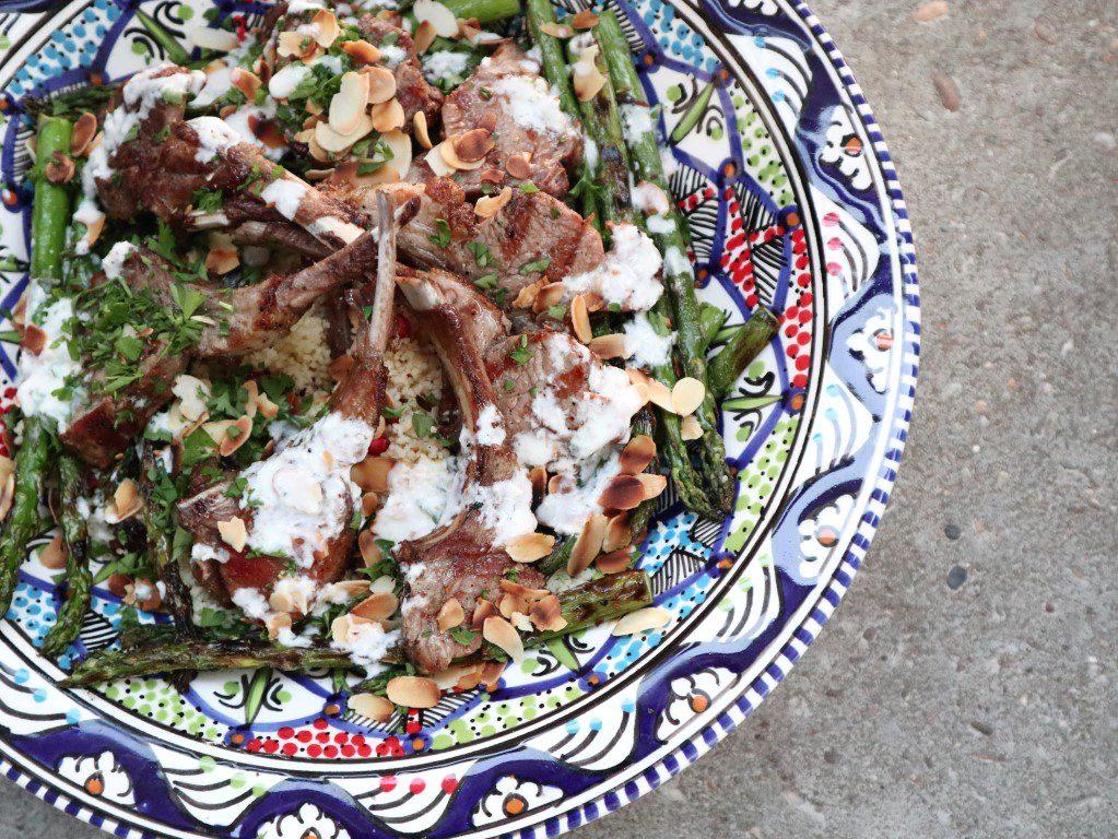 Lamsrack bereiden op de bbq met couscous salade en gegrilde asperges