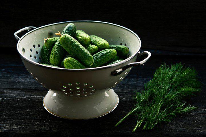 De gietijzeren wokpan en ander onmisbaar keukengerei