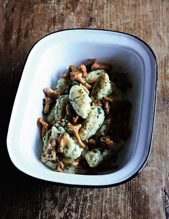 Kässknepfle - kwark dumplings met cantharellen