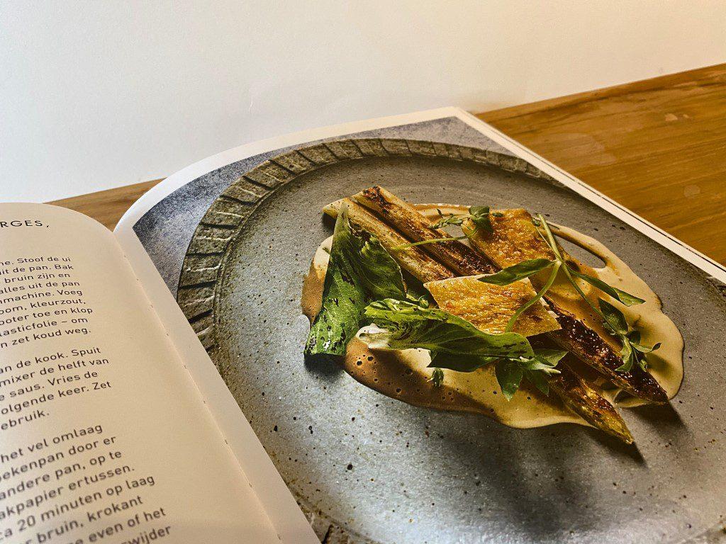 uitgebakken kippendijen met witte asperges jus becasse en chipotle