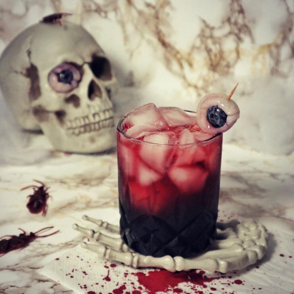 Halloween cocktail met eetbare oogbol
