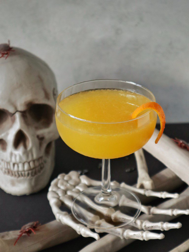 Halloween cocktail The Corpse Reviver No. 2(a)